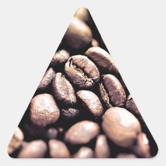 Frische gebratene Kaffeebohnen Dreieckiger Aufkleber