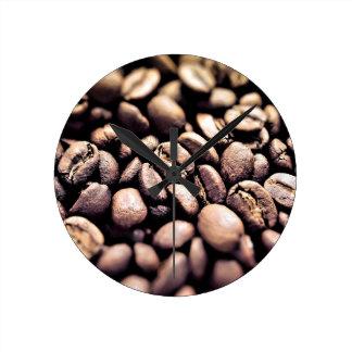 Frische gebratene Kaffeebohnen Runde Wanduhr