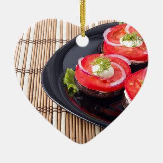 Frische geschnittene Tomaten auf einer Nahaufnahme Keramik Ornament