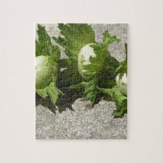 Frische grüne Haselnüsse auf dem Boden Puzzle