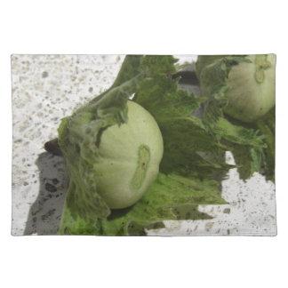 Frische grüne Haselnüsse auf dem Boden Stofftischset
