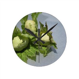 Frische grüne Haselnüsse auf funkelndem Runde Wanduhr