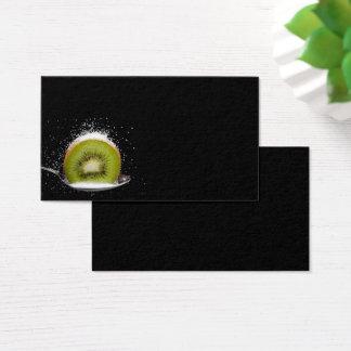Frische Kiwi auf einer Löffel-Visitenkarte Visitenkarte