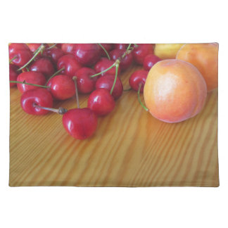 Frische Sommerfrüchte auf heller hölzerner Tabelle Tischset