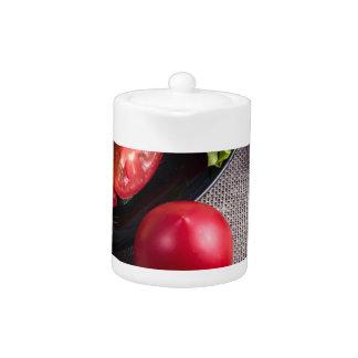 Frische Tomaten und ein Teil einer Platte mit