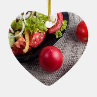 Frische Tomaten und ein Teil einer Platte mit Keramik Ornament