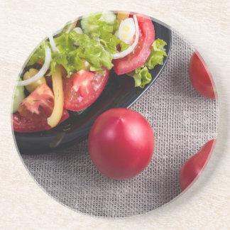 Frische Tomaten und ein Teil einer Platte mit Untersetzer