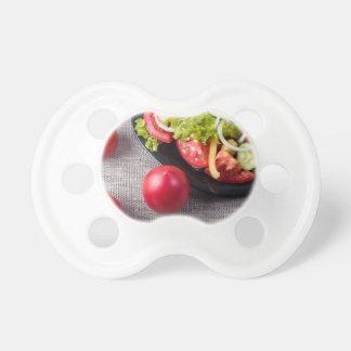 Frische Tomaten und ein Teil einer Platte Schnuller