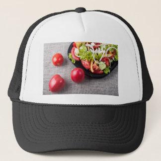 Frische Tomaten und ein Teil einer Platte Truckerkappe