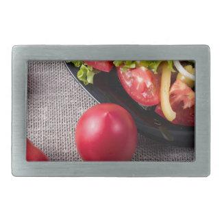 Frische Tomaten und Salat der Draufsicht der Rechteckige Gürtelschnalle