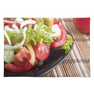 Frischer natürlicher Salat der Nahaufnahmeansicht Stofftischset