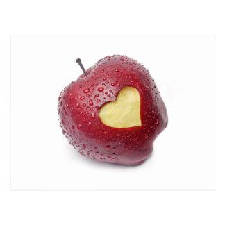 Frischer roter Apfel mit einem Herzen formte Postkarte