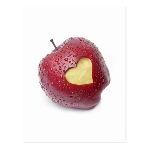 Frischer roter Apfel mit einem Herzen formte Symbo Postkarte