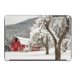 Frischer Schnee auf roter Scheune iPad Mini Hülle