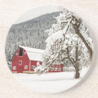 Frischer Schnee auf roter Scheune Untersetzer