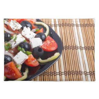 Frischer vegetarischer Salat in einer schwarzen Stofftischset