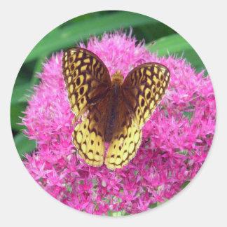 Fritillary-Schmetterling auf Fuschia Blume Runder Aufkleber