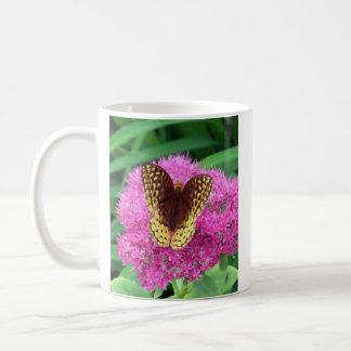 Fritillary-Schmetterling auf Fuschia Blume Tasse
