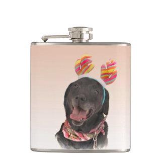 Frohe schwarze Labrador retriever-Hundeflasche Flachmann