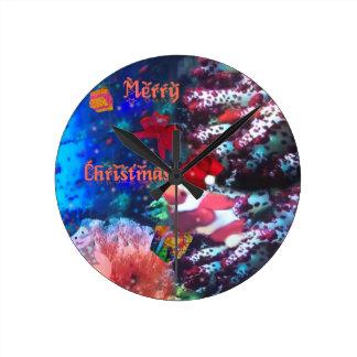 Frohe Weihnachten im Aquarium Runde Wanduhr
