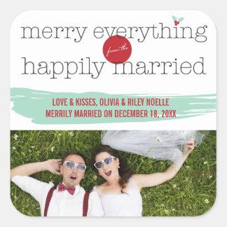Fröhlich alles glücklich verheirateter quadratischer aufkleber