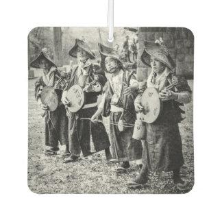 Fröhliches Band der Musiker in alter Vintager Autolufterfrischer
