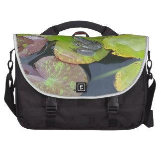 Frosch auf Lilien-Auflage-nahem hohem Notebook Tasche