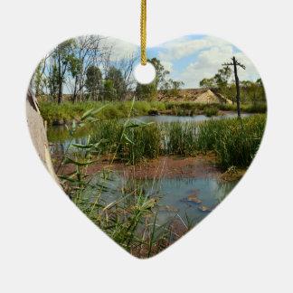 Frosch auf Schilfen über dem Schauen von seinem Keramik Herz-Ornament