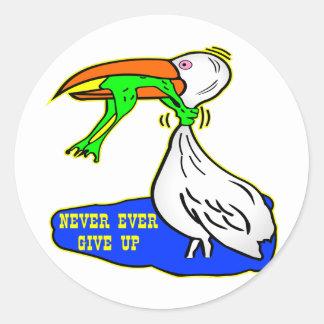 Frosch-würgend Vogel geben nie überhaupt auf Runder Aufkleber
