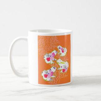 Frösche auf orange Pastellhintergrund Kaffeetasse