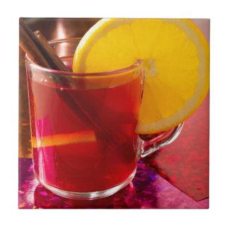 Frucht-Glühwein mit Zimt und Orange Keramikfliese
