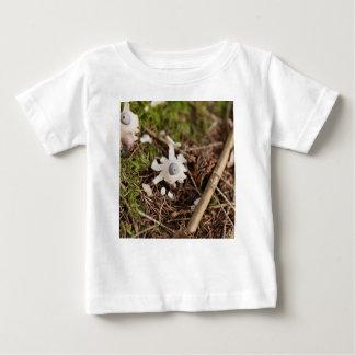 Fruchtkörper eines rayed Earthstar (Geastrum Baby T-shirt