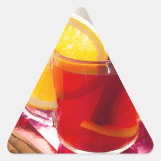 Fruchtzitrusfruchttee mit Zimt und Orange Dreieckiger Aufkleber