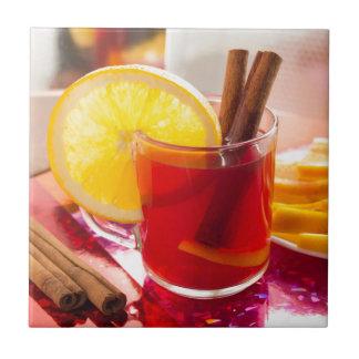 Fruchtzitrusfruchttee mit Zimt und Orange Fliese