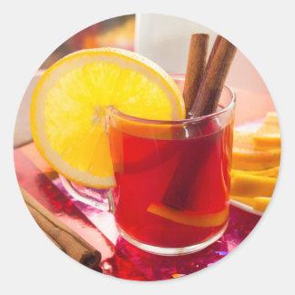 Fruchtzitrusfruchttee mit Zimt und Orange Runder Aufkleber