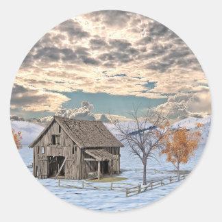Frühe Winter-Scheunen-Szene Runder Aufkleber