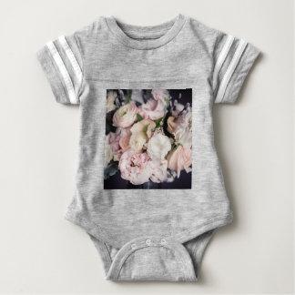 Frühlings-Blumenstrauß im Pastell Baby Strampler