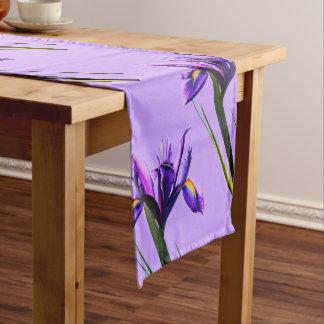 Frühlings-lila Iris im Blüten-Tabellen-Läufer Kurzer Tischläufer