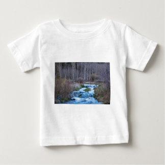 Frühlings-Schmelze weg vom Fließen unten von der Baby T-shirt