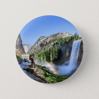 Frühlingshafter Fall-Wanderer und Regenbogen - Runder Button 5,7 Cm