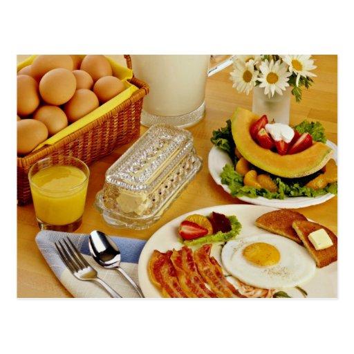Frühstück des Speckes, Eier und Krug Milch fließen Postkarten