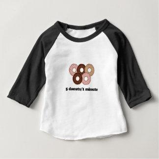 Fünf Schaumgummiringe in einer Minute Baby T-shirt