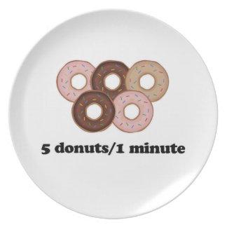 Fünf Schaumgummiringe in einer Minute Teller