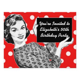 Fünfzigerjahre Frau mit einem Zeichen-Geburtstag Individuelle Ankündigung