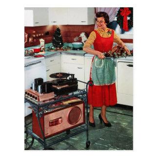 Fünfzigerjahre retro Vintage Hausfrau in der Küche Postkarten