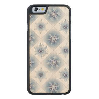 Funkelnd blaue Schneeflocken Carved® iPhone 6 Hülle Ahorn