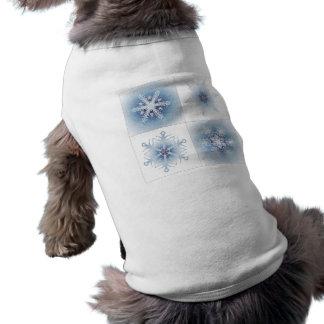 Funkelnd blaue Schneeflocken Hundetshirts