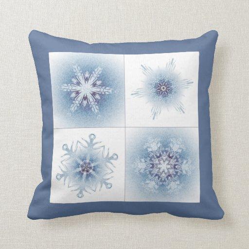 Funkelnd blaue Schneeflocken Zierkissen