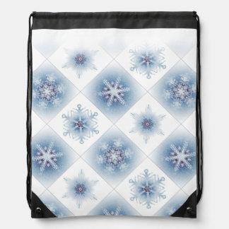 Funkelnd blaue Schneeflocken Sportbeutel