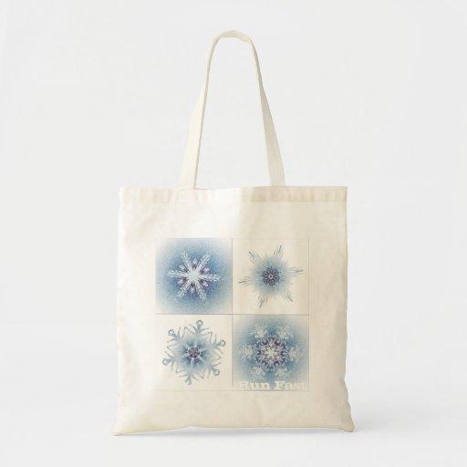 Funkelnd blaue Schneeflocken Taschen
